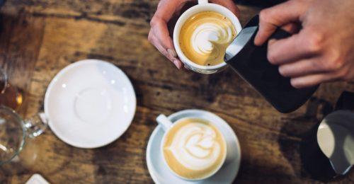 Barista schenkt koffie, een scheutje koffie staat symbool voor inspiratie