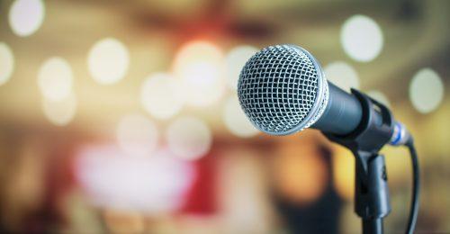 Microfoon als symbool voor tone of voice en persona's